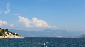 Промежуток времени облака на море с кораблем, Хорватией акции видеоматериалы