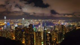 Промежуток времени облаков и движения над гаванью Гонконга и Виктории пиковой на ноче сток-видео
