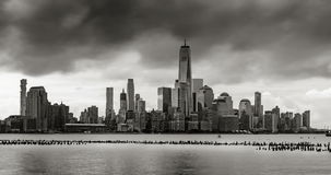 Промежуток времени облаков шторма над небоскребами более низкого Манхэттена, NYC акции видеоматериалы