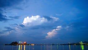 Промежуток времени дождевых облако с молнией на море акции видеоматериалы