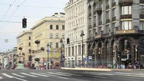 Промежуток времени пешеходного перехода на бульваре Nevsky в Санкт-Петербурге акции видеоматериалы