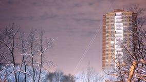 Промежуток времени подъема луны за деревья и здание видеоматериал