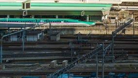 Промежуток времени поезда причаливая к Токио железнодорожному вокзалу, Японии сток-видео