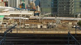 Промежуток времени поезда причаливая к Токио железнодорожному вокзалу, Японии акции видеоматериалы