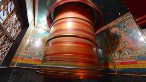 Промежуток времени при буддийские монахи объезжая огромное колесо молитве сток-видео