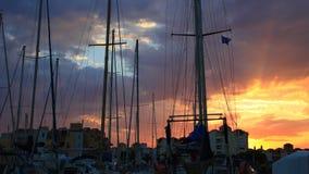 Промежуток времени прогулочного катера и порта Gruissan на заходе солнца в од, Франции акции видеоматериалы