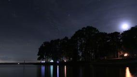 Промежуток времени располагаться лагерем озером на ноче под деревьями акции видеоматериалы