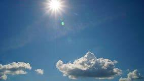 Промежуток времени солнечного дня облаков акции видеоматериалы