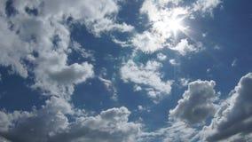 Промежуток времени солнечного дня облаков сток-видео