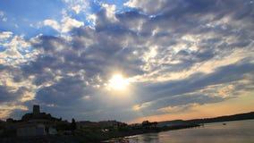 Промежуток времени среднеземноморской деревни Guissan и морского пруда на заходе солнца, Франции видеоматериал