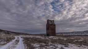 Промежуток времени старого лифта зерна в зиме сток-видео