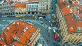 Промежуток времени, статическое взгляд сверху европейского города - Прага, много людей пересекая дорогу видеоматериал