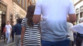 Промежуток времени с людьми идя быстро на улицу в центре Рима историческом