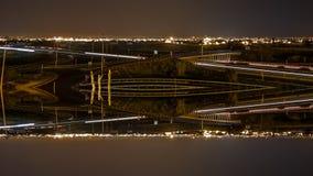 Промежуток времени с следами автомобиля, горизонтом города и звездами, отразил фантазию сток-видео