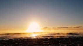 Промежуток времени с солнцем поднимая над Чёрным морем сток-видео