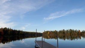 Промежуток времени с moving облаками вдоль озера в осени сток-видео