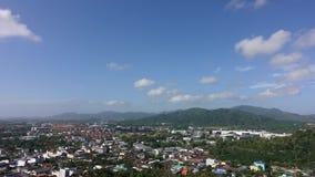Промежуток времени точки зрения с красивым облаком в Пхукете Таиланде, виде на город от звенел холм - городской ландшафт акции видеоматериалы