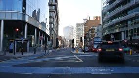 Промежуток времени Центральная дорога между зданиями сток-видео