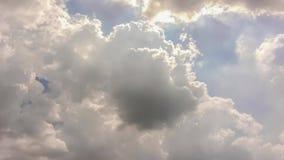 Промежуток времени черно-белых облаков в небе видеоматериал