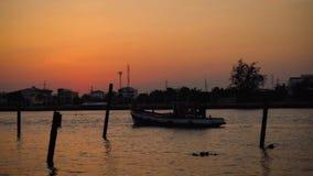 Промежуток времени шлюпки Fisher на реке видеоматериал