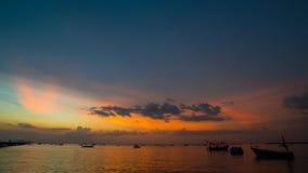 промежуток времени 4K блеска захода солнца в twilight небе на море акции видеоматериалы