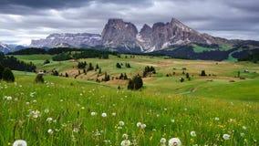промежуток времени 4K взгляда Langkofel горы от Alpe Di Siusi, доломитов, Италии видеоматериал