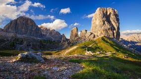 промежуток времени 4K горного пика на заходе солнца, доломитов Альпов Cinque Torri, Италии сток-видео