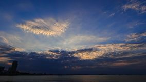 промежуток времени 4K драматического неба захода солнца с облаками на море сток-видео
