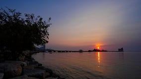 промежуток времени 4K захода солнца на море с силуэтом острова и дерева видеоматериал