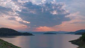 промежуток времени 4K красивого захода солнца на запруде Kaeng Krachan акции видеоматериалы