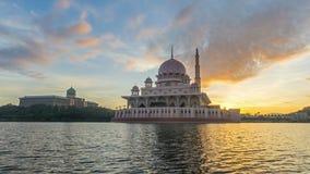 Промежуток времени 4K Красивый восход солнца на мечети Putra, Путраджайя Показывать двигая и изменяя облака цвета видеоматериал