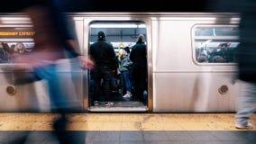 промежуток времени 4K UHD неопознанной платформы людей ждать и всходя на борт поезда временами квадратной станции метро в Нью-Йор видеоматериал