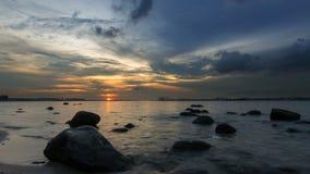 Промежуток времени moving облаков и реки от захода солнца в голубой час на Punggol в Сингапуре 4k сток-видео