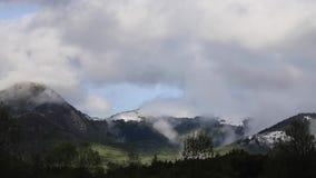 Промежуток времени Pyrenean ландшафта с moving облаками, Франции акции видеоматериалы