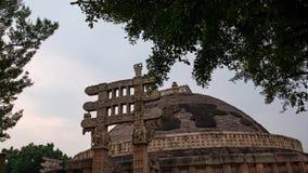 Промежуток времени Sanchi Stupa, Madhya Pradesh, Индия Старое буддийское здание, тайна вероисповедания, акции видеоматериалы