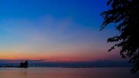 Промежуток времени twilight неба на море сток-видео