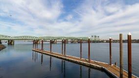 промежуток времени uhd 4k облаков над межгосударственным движением 4096x2304 моста 5 Портленд Ванкувера сток-видео