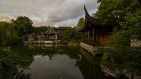Промежуток времени UHD 4k Moving облаков и отражения воды над озером в саде Lan Su китайском в Портленде ИЛИ сток-видео