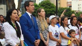 Промежуточный президент Хуан Guaido присутствует на массовом торжестве в Каракасе сток-видео