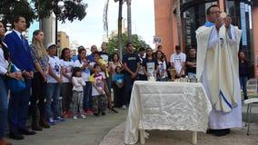 Промежуточный президент Хуан Guaido присутствует на массовом торжестве в Каракасе акции видеоматериалы