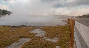 Променад вокруг горячего гейзера горячего источника каскадов и горячее озеро в более низком тазе гейзера в национальном парке Йел Стоковые Фото
