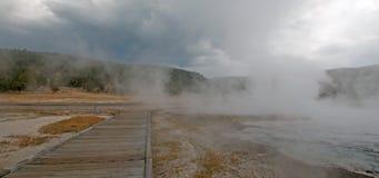 Променад вокруг горячего гейзера горячего источника каскадов и горячее озеро в более низком тазе гейзера в национальном парке Йел Стоковые Изображения RF