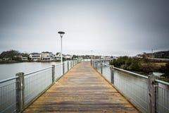 Променад над падубом озера, в Virginia Beach, Вирджиния стоковое изображение rf