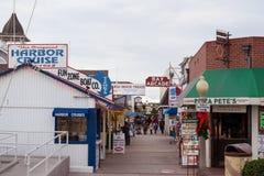Променад острова бальбоа около пляжа гавани Ньюпорта в Калифорнии Стоковые Фотографии RF