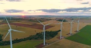 Промышленная группа энергии ветра ветротурбин производит электричество способное к возрождению r сток-видео