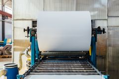 Промышленная катушка металлического листа для металлического листа формируя машину в мастерской стоковое изображение rf