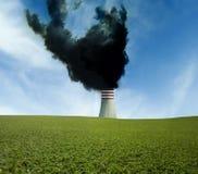 Промышленная печная труба с черным дымом Стоковое Изображение