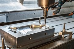 Промышленная прессформа металла/умирает филировать Механическая обработка и инженерство Стоковые Фотографии RF
