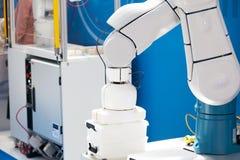 Промышленная рука робота выбора и места стоковая фотография rf