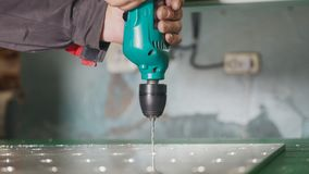 Промышленная сверля машина - работник делает отверстия в металле Стоковое Изображение RF